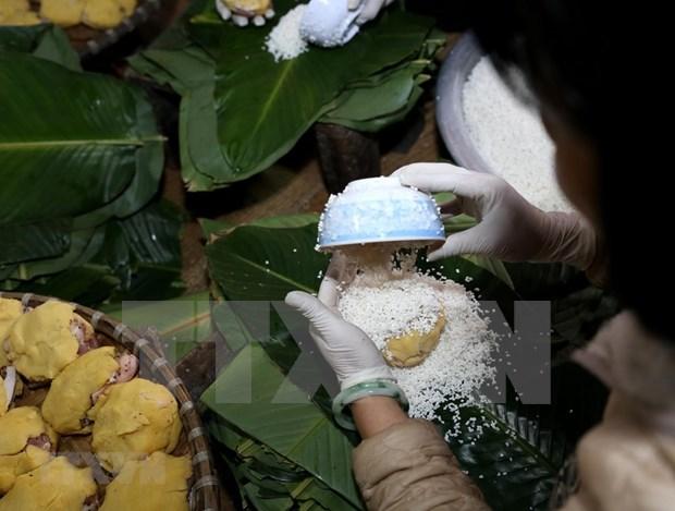 Registran en Laos alta demanda de platos tradicionales vietnamitas en visperas de Tet hinh anh 1