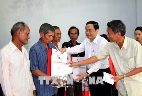Presidente de FPV entrega regalos del Tet en Soc Trang hinh anh 1