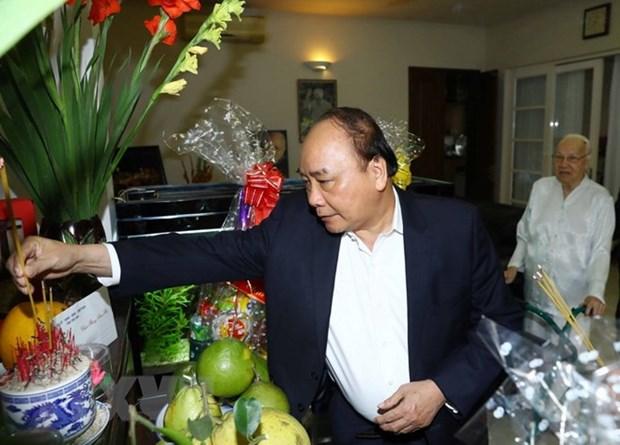 Premier de Vietnam rinde homenaje a extintos dirigentes del Partido Comunista y gobierno hinh anh 1