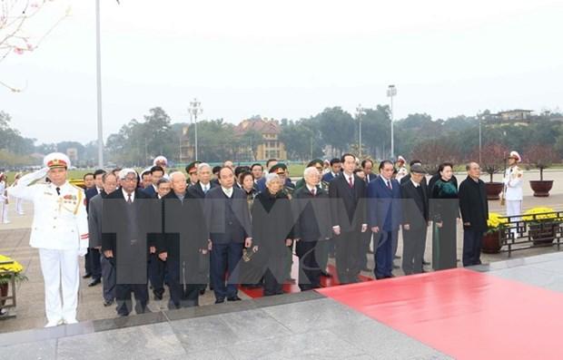 Dirigentes partidistas y estatales rindieron homenaje al Presidente Ho Chi Minh hinh anh 1