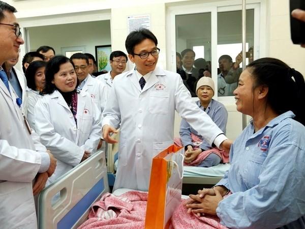 Vicepremier vietnamita visita a medicos y enfermos del Hospital K hinh anh 1