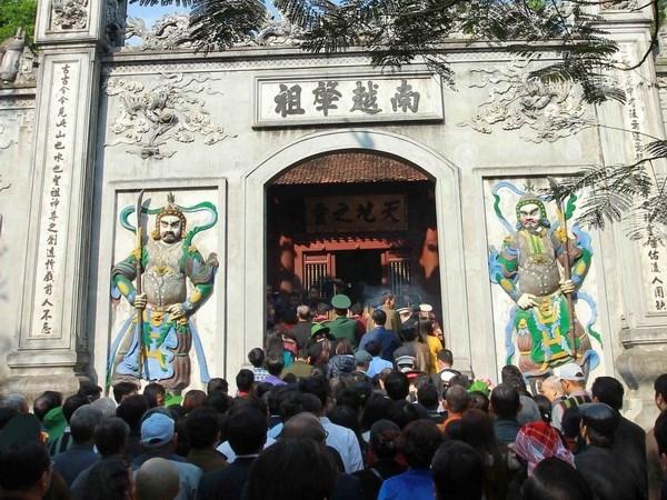 Gran numero de visitantes rinden tributo a reyes Hung hinh anh 1