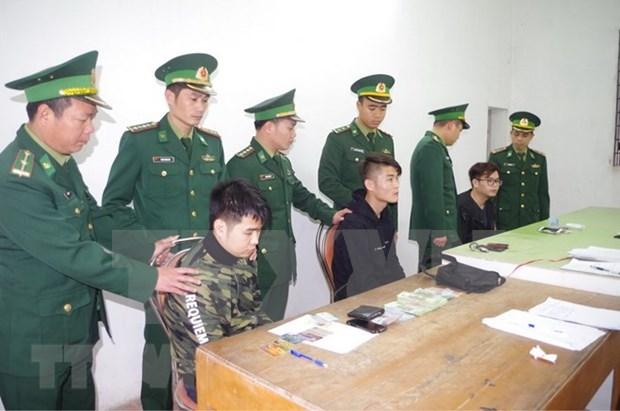Detienen en Vietnam a tres chinos por uso de tarjetas ATM falsas hinh anh 1