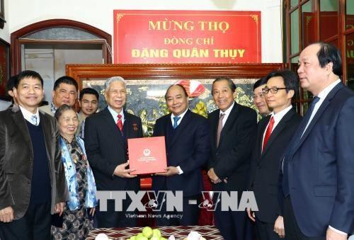 Dirigentes vietnamitas felicitan a destacado veterano hinh anh 1