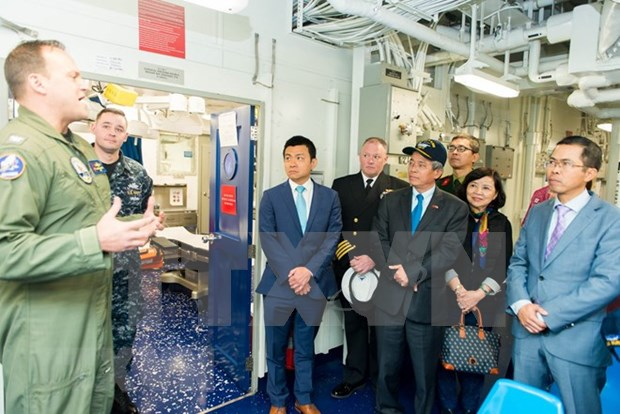Embajador de Vietnam en Estados Unidos visita portaaviones USS George H.W. Bush hinh anh 1