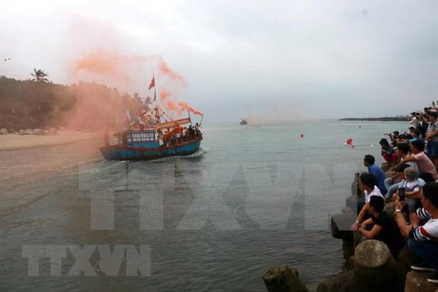 Miles de personas asisten al rito dedicado a ballena azul en Vietnam hinh anh 1
