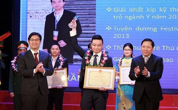 Honran a diez medicos jovenes destacados de Hanoi hinh anh 1