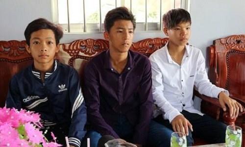Ministro de Educacion premia a estudiante en Soc Trang por honestidad hinh anh 1