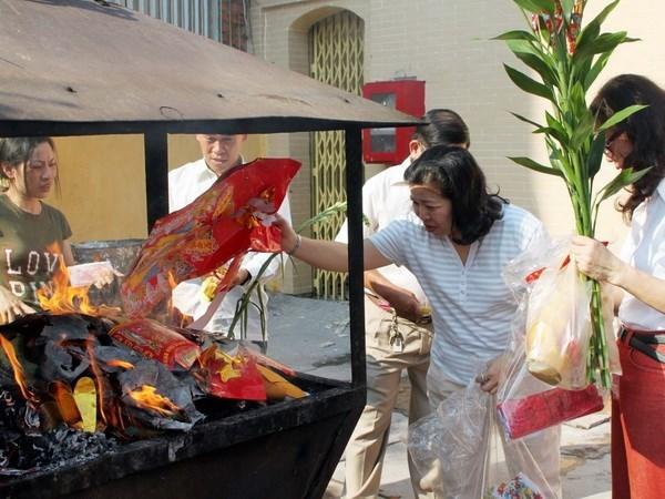 Instan a la poblacion vietnamita a reducir la quema de papeles votivos hinh anh 1