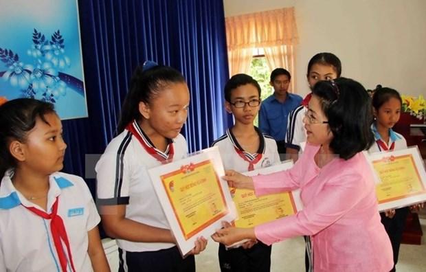 Fondo de becas Vu A Dinh brinda alegria a alumnos necesitados vietnamitas hinh anh 1