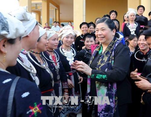 Subjefa parlamentaria entrega regalos a pobres en Tuyen Quang hinh anh 1
