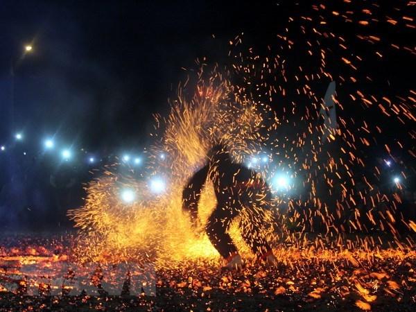 Grupo etnico minoritario vietnamita celebra danza tradicional de fuego hinh anh 1