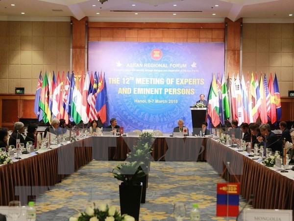 Expertos y personalidades de ARF intercambian en Hanoi sobre seguridad regional hinh anh 1