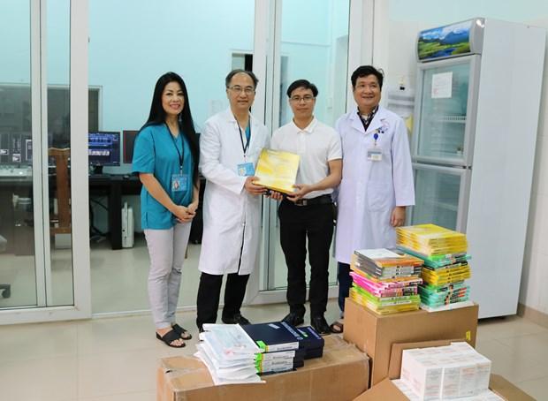 Medicos estadounidenses ofrecen examenes gratuitos a personas de escasos recursos de Quang Tri hinh anh 1