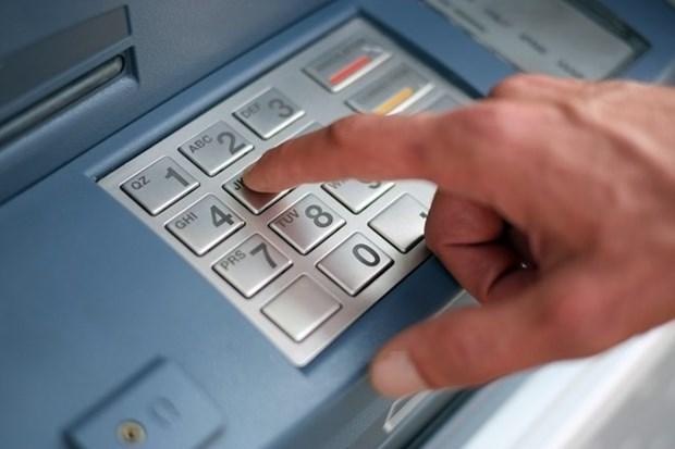 Condenan a tres ciudadanos chinos por usar tarjetas ATM falsas hinh anh 1