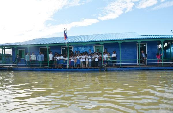 Inauguran escuela flotante para vietnamitas en Camboya hinh anh 1