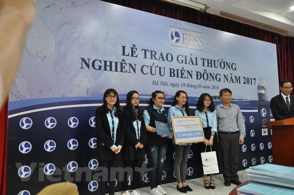 Vietnam honra a destacadas investigaciones sobre Mar del Este hinh anh 1