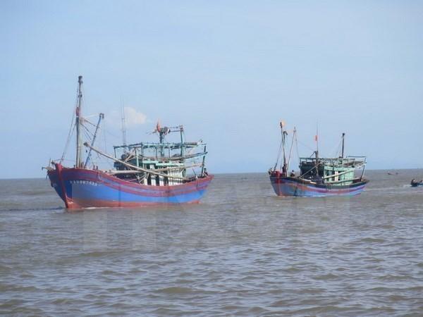 Remolcan con seguridad barco averiado en aguas hinh anh 1