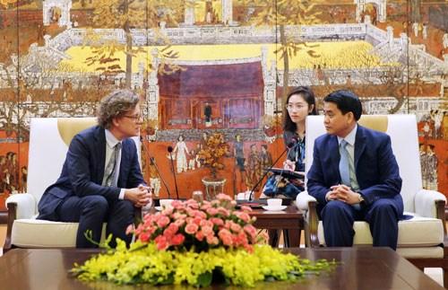 Hanoi coopera con Suiza en transporte publico hinh anh 1