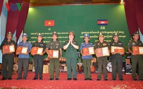 Entregan premios a ganadores de concurso de escritura sobre relaciones Vietnam-Camboya hinh anh 1