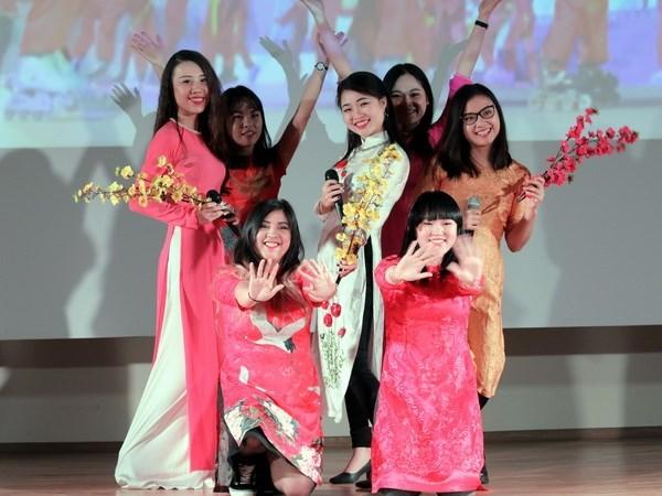 Estudiantes vietnamitas en Beijing celebran gala artistica tradicional hinh anh 1