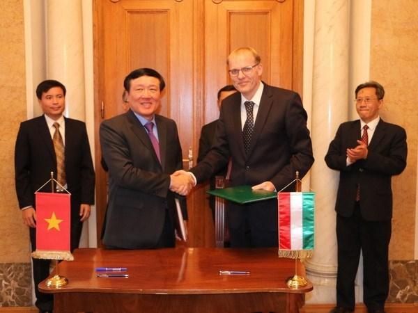 Vietnam y Hungria firman memorando de cooperacion entre tribunales supremos hinh anh 1