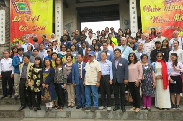 Diplomaticos extranjeros en Vietnam visitan sitios turisticos de Hanoi hinh anh 1