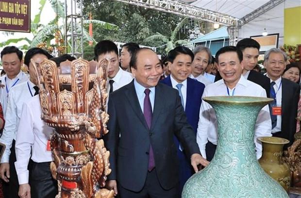 Primer ministro de Vietnam visita famosa aldea ceramista de Bat Trang hinh anh 1