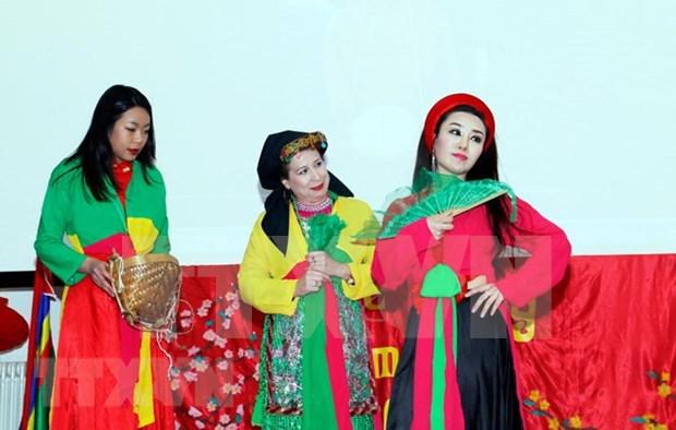 Estudiantes vietnamitas presentan cultura nacional en Camboya hinh anh 1
