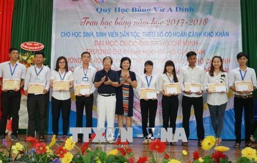 """Entregaron becas """"Vu A Dinh"""" para estudiantes de minorias etnicas en Vietnam hinh anh 1"""