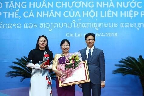 Entregan ordenes de Estado a destacadas mujeres de Vietnam y Laos hinh anh 1