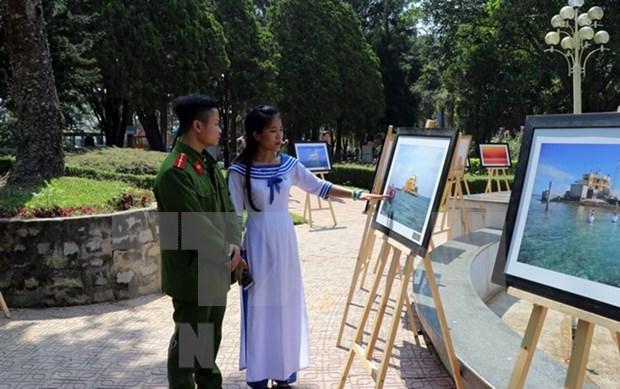 Exponen fotografias sobre vida diaria en archipielago de Truong Sa hinh anh 1