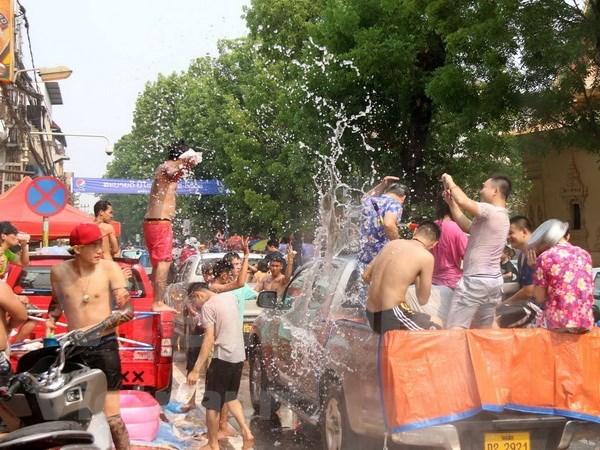 Estudiantes laosianos celebran su ano nuevo tradicional en Vietnam hinh anh 1