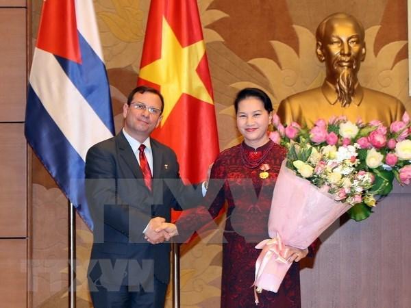 Presidenta parlamentaria de Vietnam honrada con la Orden de Solidaridad de Cuba hinh anh 1