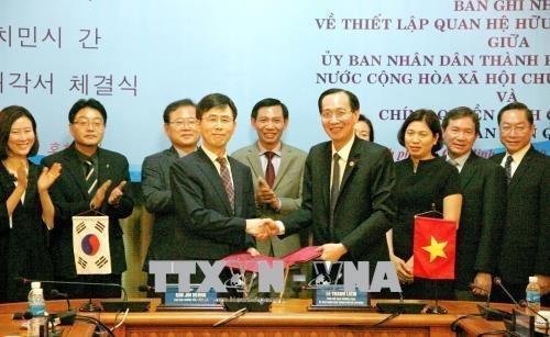 Ciudad Ho Chi Minh y Gyeonggi de Sudcorea establecen lazos de amistad y cooperacion hinh anh 1