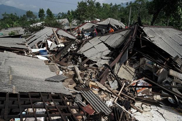 Aumentan perdidas humanas y materiales por fuerte sismo en Indonesia hinh anh 1