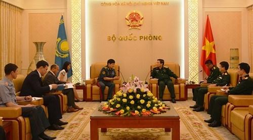 Vietnam y Kazajstan fortalecen cooperacion en defensa hinh anh 1