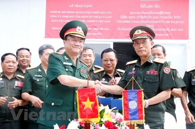 Vietnam entrega simulador para entrenamiento de militares laosianos hinh anh 1