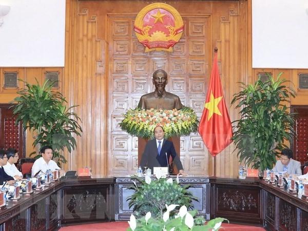 Premier vietnamita y sus asesores debaten medidas destinadas a impulsar el desarrollo economico hinh anh 1