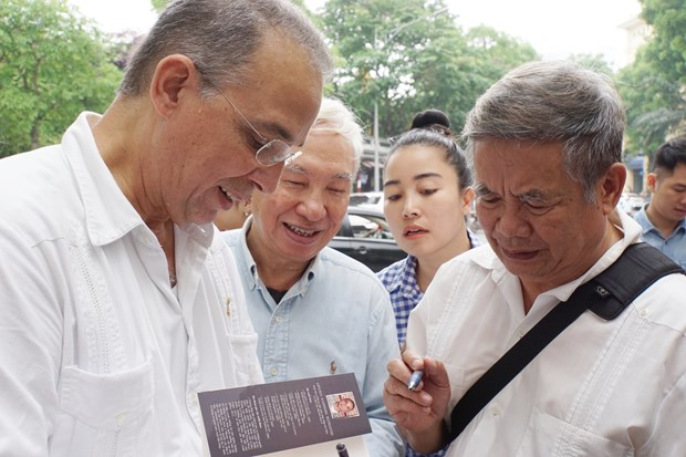 Presentan en Hanoi pinturas y libro de Heroe Cubano Antonio Guerrero hinh anh 5