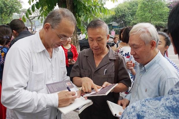 Presentan en Hanoi pinturas y libro de Heroe Cubano Antonio Guerrero hinh anh 4