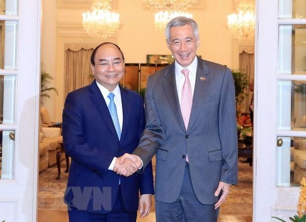 Premieres de Vietnam y Singapur acuerdan elevar nexos bilaterales a nueva altura hinh anh 1