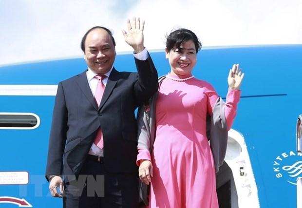 Premier vietnamita viaja a Singapur para visita oficial y participacion en Cumbre de ASEAN hinh anh 1