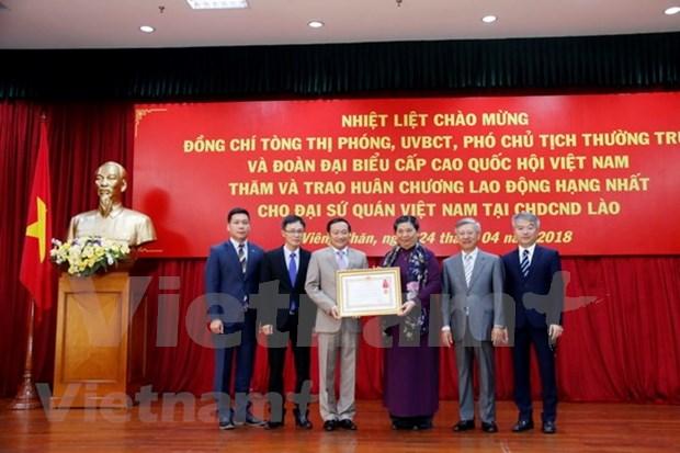 Embajada de Vietnam en Laos recibe Orden de Trabajo de primera categoria hinh anh 1
