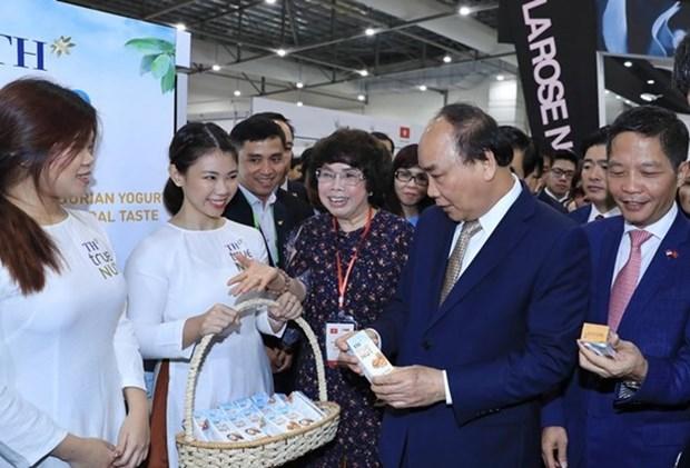 Premier de Vietnam visita pabellon nacional en Feria de Alimentos de Asia en Singapur hinh anh 1