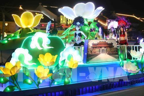 Desfile de carros alegoricos marca inicio del Carnaval de Ha Long hinh anh 1