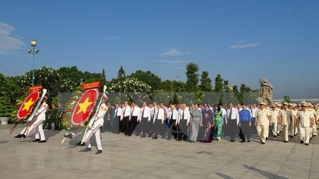 Rinden tributo a martires en ocasion del Dia de la reunificacion nacional de Vietnam hinh anh 1