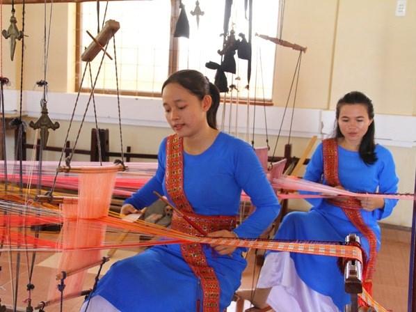 Artesanos de Ninh Thuan intentan recuperar antiguos brocados de la etnia Cham hinh anh 1