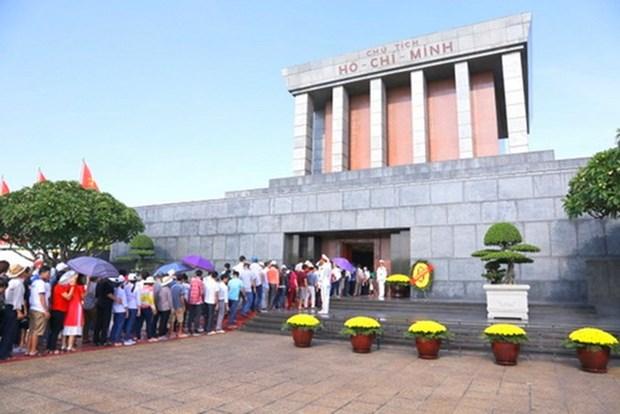 Mas de 50 mil visitan Mausoleo de Ho Chi Minh en dias festivos hinh anh 1