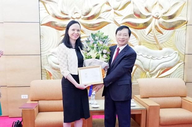 Vietnam condecora a la embajadora de Polonia con insignia de la amistad hinh anh 1